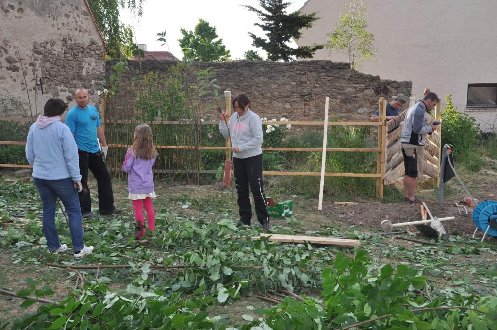 Zaunbau mit unseren fleißigen Rosenheimern (eigentlich wollten sie hier Urlaub machen....)