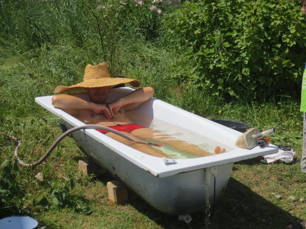 ein kühles Bad (Brunnenwasser) an einem heißen Wollwasch-Tag